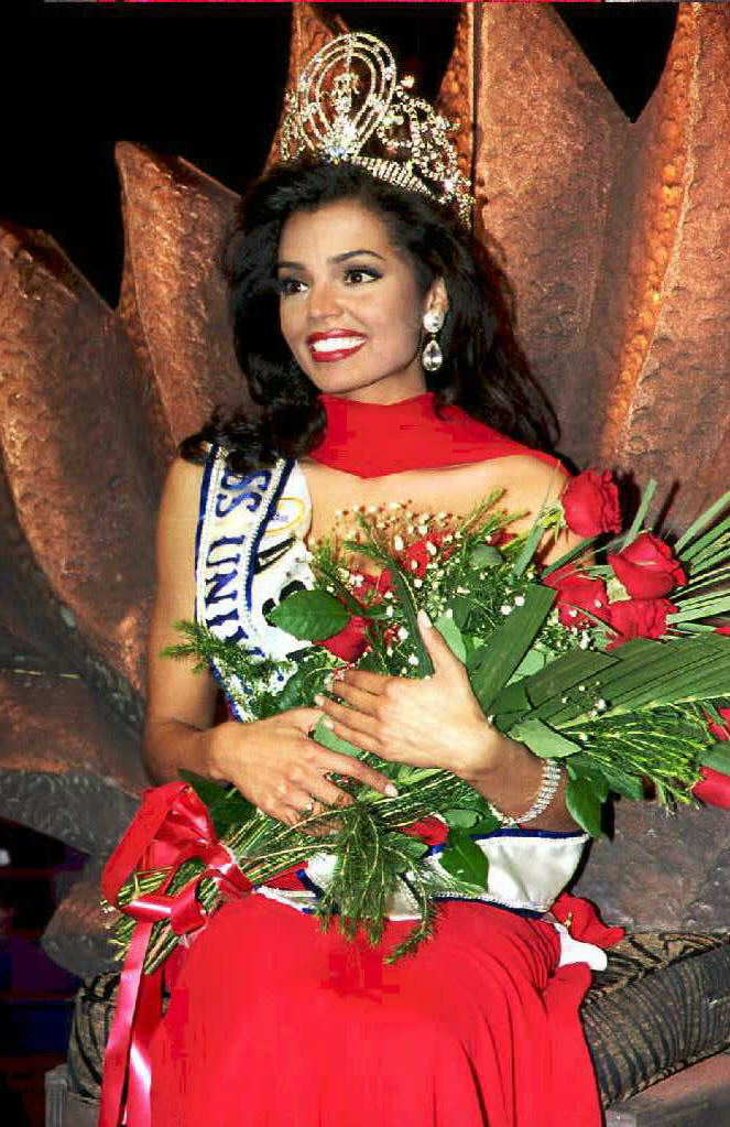 Miss USA, Chelsi Smith is crowned the Miss Univers