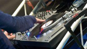 DJ spins on / Fair Musicpark